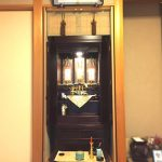 滋賀県野洲市のお客様より、モダンな紫檀系仏壇へお買い替えいただきました。すっきりとした仕上がりの真宗大谷派(お東)のお仏壇