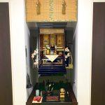 祖父の代にご購入いただいたお仏壇を小型仏壇へお買い替え。洋風のリビングにも違和感のない、上品な蒔絵のモダンな金仏壇。真宗大谷派、彦根市のお客様